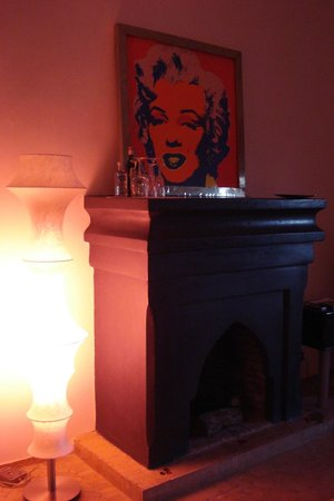 Murano Resort Marrakech: we had a romantic fireplace in our suite