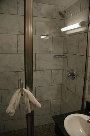 Hotel Ruby: Dusche