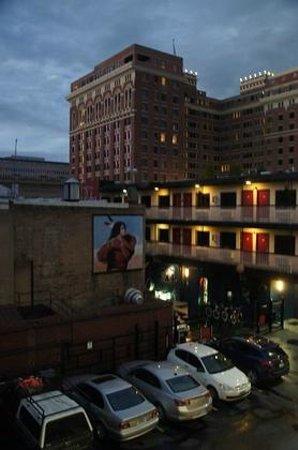 Hotel Ruby: Zimmerausblick auf Parkplatz