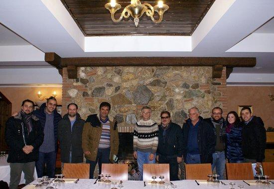 Agriturismo Marsella: foto di gruppo con il magnifico camino
