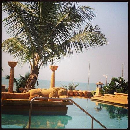 JW Marriott Mumbai Juhu: Poolside