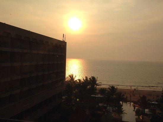 JW Marriott Mumbai Juhu: Sunset view from the lounge