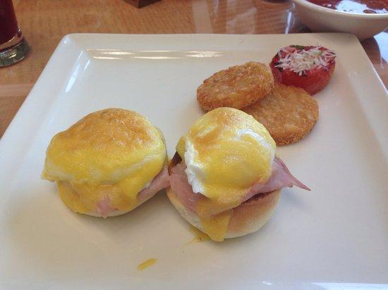 JW Marriott Mumbai Juhu: Eggs Benny mmmm the best I've ever had
