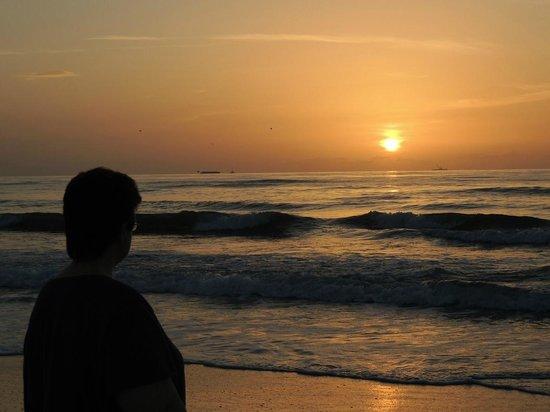 Hampton Inn Cocoa Beach/Cape Canaveral: It's just a short walk to the beach.