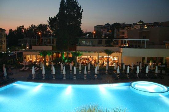 TUI Sensimar Andiz by Barut Hotels: Kvällsvy på restaurangen. À la carte-restaurangen längst till vänster på andra plan.