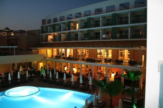TUI Sensimar Andiz by Barut Hotels: Nattvy över hotellets centrala del.