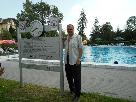 Hunguest Helios Hotel Anna: Отличный открытый бассейн на территории отеля