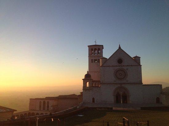 Basilica inferiore di San Francesco d'Assisi: Basílica de São Francisco no pôr do sol