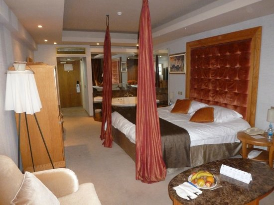 Adams Beach Hotel: Honeymoon suite with the fruits