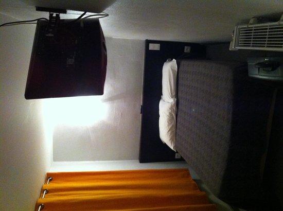 Hôtel Mimosa: Lit chambre 08