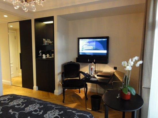 Schweizerhof Hotel & Spa : 客室/胡蝶蘭の生花も