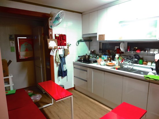 Sleeping Strawberry Guesthouse: 台所