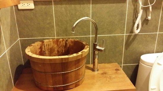 Canaan Bed & Breakfast Yilan: wooden wash basin