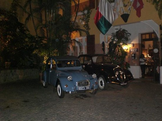 La Varangue : Oldtimer im Hof