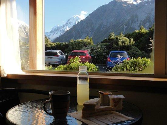 Aoraki Mount Cook Alpine Lodge: 1階の部屋で朝食を取りながらマウント・クックが眺められました