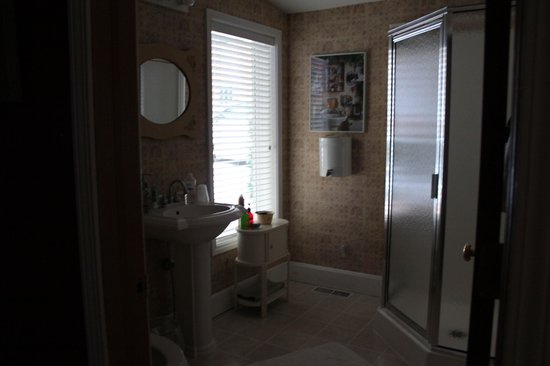 Farmers Guest House: Private Bathroom in Charlotte Suite