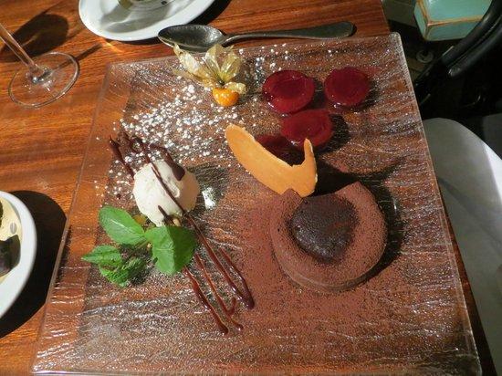 Fischmarkt: десерт-слива с шоколадом и корицей