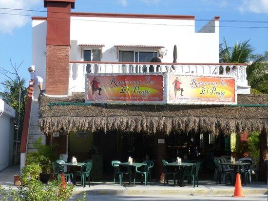 El Pirata : Streetside&patio dining areas