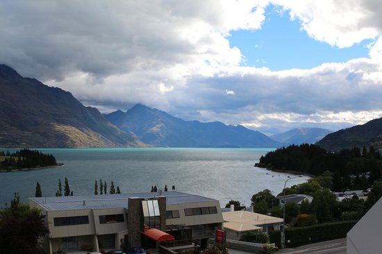 Copthorne Hotel and Resort Queenstown Lakefront : Beautiful day as seen from the verandah