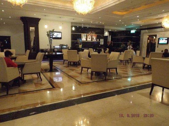 Holiday Inn Downtown Dubai : центр вход, рядом ресепшн