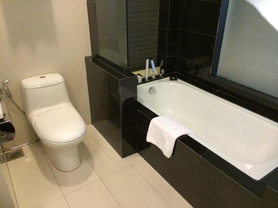 Ramada Plaza Dua Sentral Kuala Lumpur : The bathtub