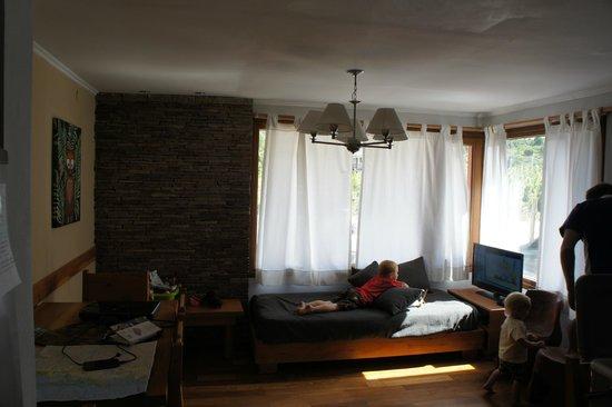 Kurtem Lodge: loungeroom, unit 1