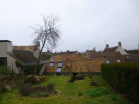 L'Hibernie: Vue du jardin et des toits de Rochefort sur la chambre