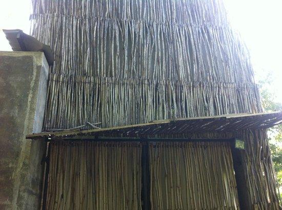 Kadju House : Auvent du SPA cassé