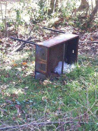 Kadju House : vieux meuble laissé dans le jardin