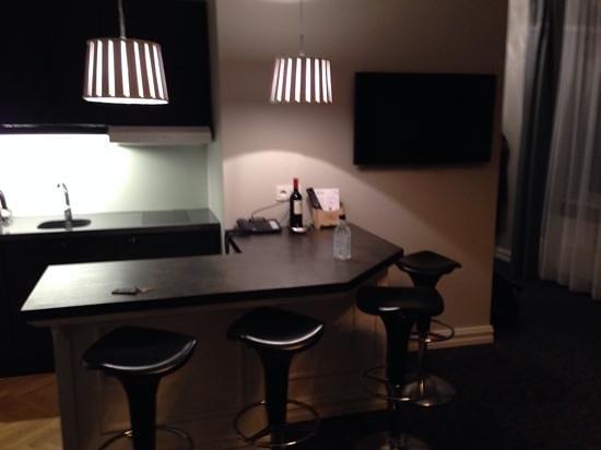 Reykjavik Residence Suites: Kitchen and breakfast bar