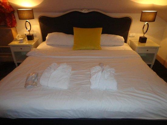 Friday Hotel Prague: Salidas de esperando sobre la cama