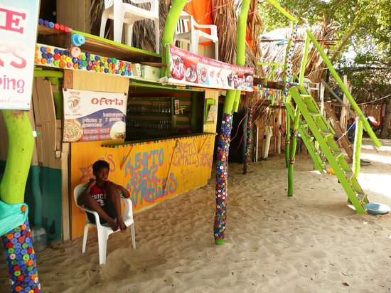 RestoBar Los Corales: Felipe aspetta i clienti al bar