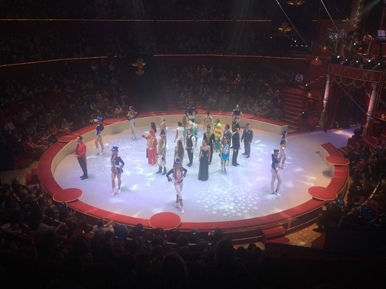 Cirque d'hiver Bouglione : Performers taking a bow