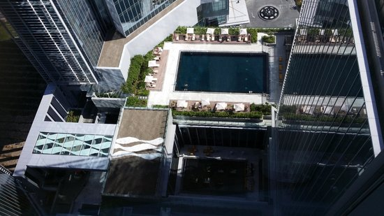 The Oberoi, Dubai: View from 22nd Floor overlooking swimming pool
