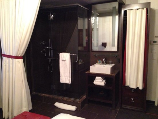 Sanctuary Hotel New York: Bathroom inside the room - nice drape!