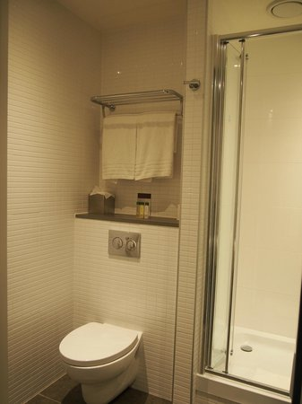 DoubleTree by Hilton Hotel Amsterdam Centraal Station: clean bathroom