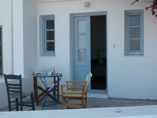 Apanemo : Terrasse beim Zimmer Nummer 2