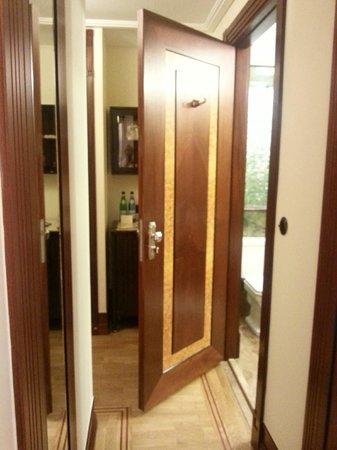 Hotel Rialto: коридор и дверь в ванную комнату