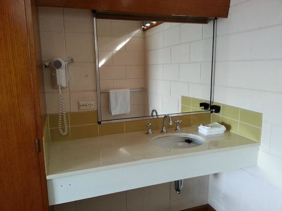 Riverfront Motel & Villas: Generous sink space and wall-mounted hair dryer