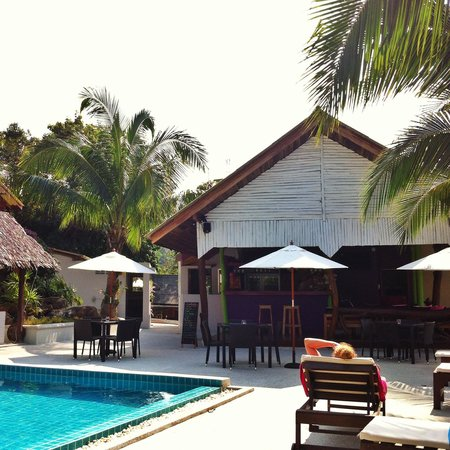 Tantawan Bungalow : Coin piscine et bar
