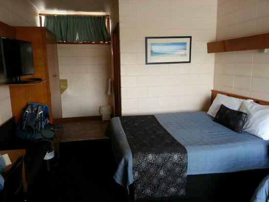 Riverfront Motel & Villas: Sagging double bed