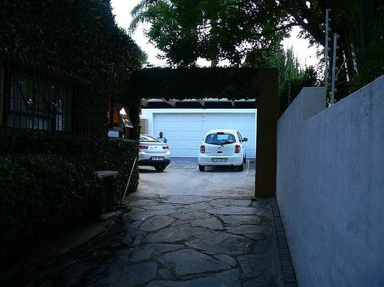 Uxolo Guesthouse Johannesburg: Secure Parking area