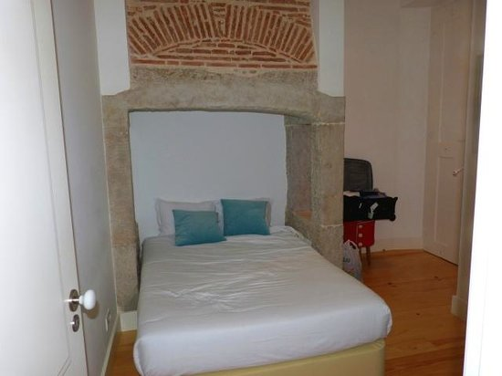 Casas da Baixa - Jules & Madeleine: Bed in fireplace