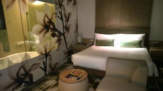 Crowne Plaza Changi Airport: Beautiful glass wall separates bathroom from the living room