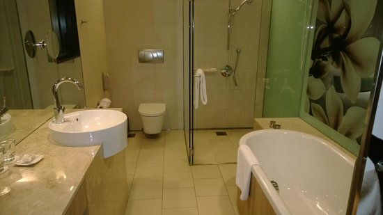 Crowne Plaza Changi Airport: The tub is quite deep