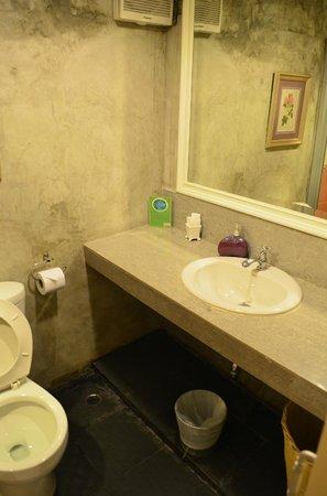 Lilac Relax-Residence : Clean roomy bathroom