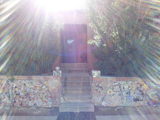 RoadRunner Hostel: hostel entrance