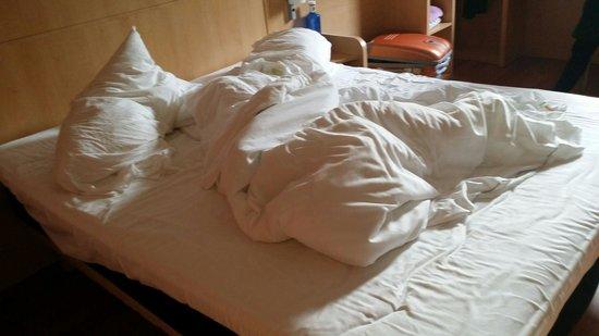 Ibis Barcelona Mataro: 15:30h vuelvo a la habitacion después de salir a comer y solo habían hecho el baño me dicen que
