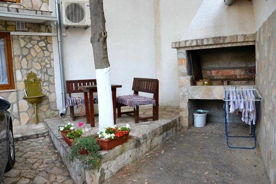 Pansion Cardak: Charming courtyard