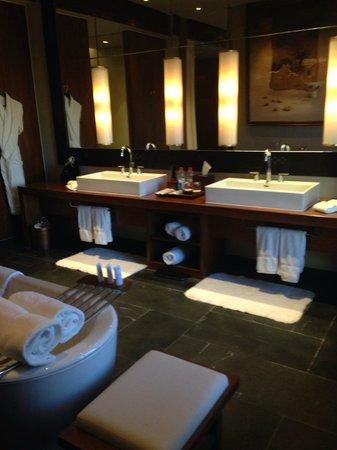 St. Regis Lhasa Resort: Spacious bathroom